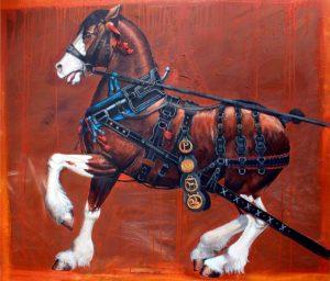 Das braune Percheron Pferd in voller Rüstung auf dem roten Hintergrund.