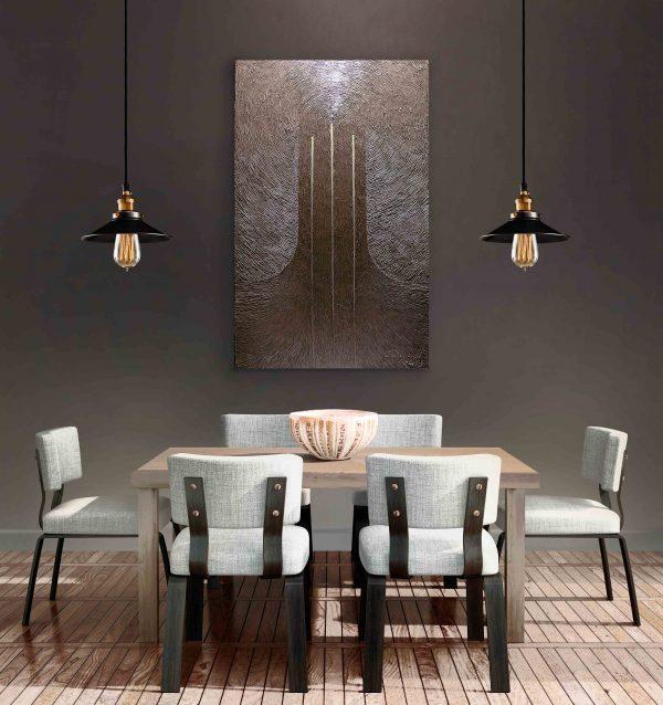 """Monochromes Bild """"Dreieinigkeit"""" im Interieur über den Tisch."""
