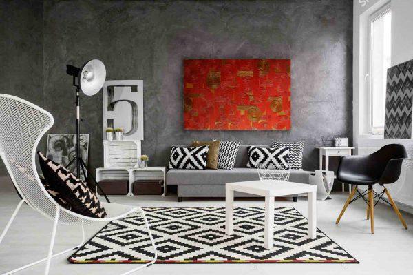 """Bild """"Abendrot"""" im Interieur eines schwarz-weißen Wohnraumes."""