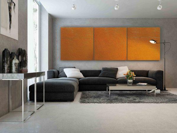 """Gelbes Triptychon """"Ein Tag aus Leben der Sonne"""" über die grauen Couch."""