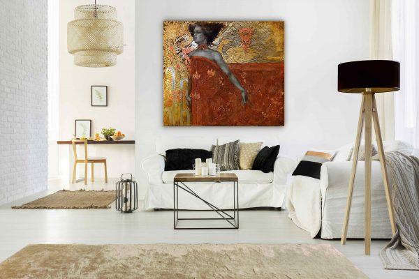 """Bild """"Inspiration"""" mit dem gold-orangenen Muster im Wohnzimmer über die weißen Eckcouch."""