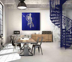 Kobaltblaues Bild Moonwalker im Loft Interieur.