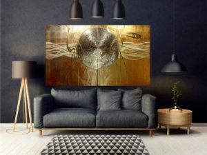 """Diptych """"Singularität"""" in gold auf einer schwarzen Wand im Wohnzimmer."""