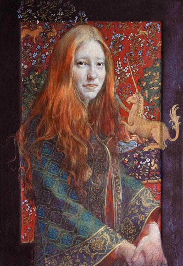 Porträt einer jungen rothaarigen Frau mit einem Fabeleinhorn in einem mittelaltrigen Kleid auf einer Holztafel.