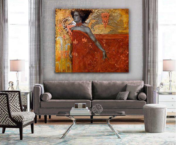 """Gemälde """"Inspiration"""" mit dem gold-orangenen Muster im Wohnzimmer über das grauen Sofa."""