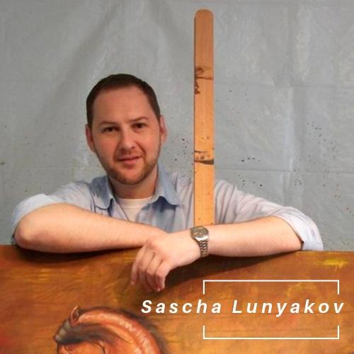 Künsler Sascha Lunyakov stehend hinter seinem Werk.